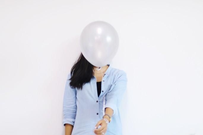 אישה מתחבאת כדוגמא לקאבר - דיגיטל מיינדס