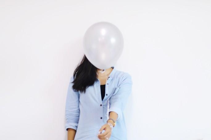 אישה מתחבאת כדוגמא לקאבר - Digital minds - דיגיטל מיינדס